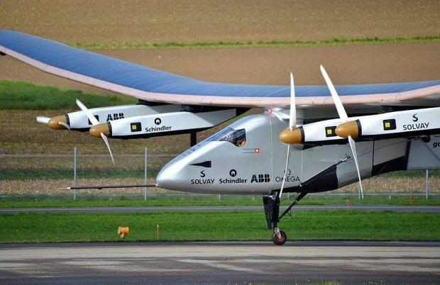 1024px-Solar_Impulse_SI2_pilote_Bertrand_Piccard_Payerne_November_2014.jpg